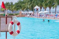 красный lifebuoy близко общественный бассейн Стоковые Фотографии RF