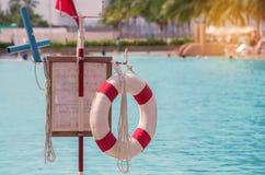 красный lifebuoy близко общественный бассейн Стоковые Изображения RF