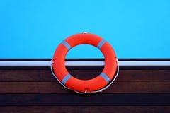 Красный lifebuoy поплавок кольца бассейна Стоковые Изображения RF