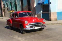 Красный oldtimer в улице Гаваны Стоковое Изображение RF