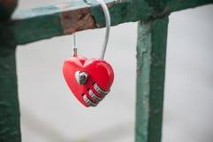 Красный padlock в форменном сердце на металлической решетке Стоковая Фотография RF