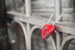 Красный padlock в форменном сердце на металлической решетке Стоковые Фотографии RF