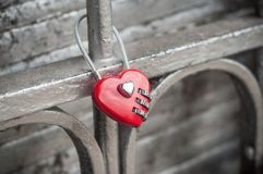 Красный padlock в форменном сердце на металлической решетке Стоковая Фотография