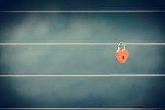 Красный padlock замка влюбленности на мосте внешнем Стоковые Изображения