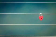 Красный padlock замка влюбленности на мосте внешнем Стоковое фото RF