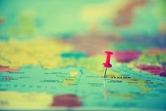 Красный pushpin, канцелярская кнопка, штырь показывая положение, пункт назначения перемещения на карте Скопируйте космос, концепц стоковое изображение