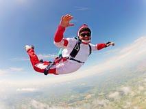 Красный skydiver Классическое положение освобождает падение Стоковые Изображения