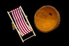 Красный striped шезлонг на черной предпосылке Стоковое Фото