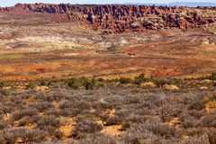 Красным пустыня покрашенная желтым цветом сгабривает национальный парк Moab Юту Стоковая Фотография