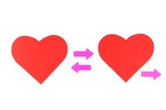 2 красных бумажных сердца с 3 розовыми стрелками, relationshi концепции Стоковое фото RF