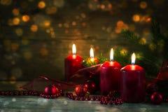 4 красных горящих свечи на четвертом пришествии, decorat рождества Стоковые Фото