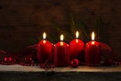 4 красных горящих свечи на четвертом пришествии, decorat рождества Стоковые Фотографии RF