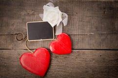 2 красных деревянных формы сердца Стоковые Изображения