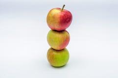 3 красных изолированного яблока желтых зеленого цвета Стоковое фото RF