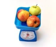 2 красных и одних зеленых Яблока на масштабе Стоковая Фотография RF