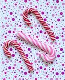 2 красных и ручки одних розовых спирали карамельки Стоковое фото RF