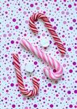 2 красных и ручки одних розовых спирали карамельки Стоковая Фотография
