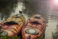 2 красных каяка на пляже Стоковое Фото