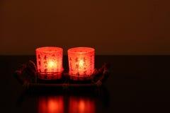 2 красных китайских декоративных свечи в темноте Стоковая Фотография RF