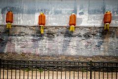 4 красных китайских фонарика против испещрятьой стены стоковая фотография rf