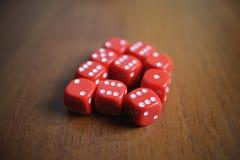 10 красных костей на таблице Стоковые Фото