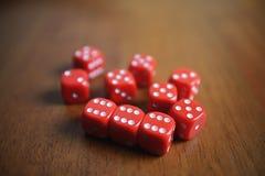 10 красных костей на таблице Стоковые Фотографии RF