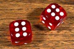 2 красных кости на таблице Стоковое Изображение