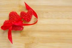 2 красных печенья сердца на деревянной предпосылке, дне валентинок, космосе экземпляра Стоковая Фотография RF