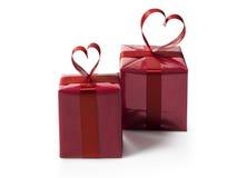 2 красных подарочной коробки с красным Хартом сформировали смычок ленты Стоковое Изображение