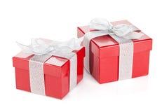 2 красных подарочной коробки с серебряными лентой и смычком Стоковое Изображение RF