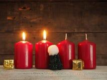 4 красных свечи на деревянной предпосылке Стоковые Изображения RF