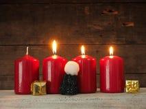 4 красных свечи пришествия на древесине Стоковое фото RF