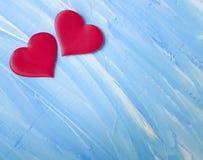 2 красных сердца, деревянная голубая предпосылка творческая Стоковые Изображения RF