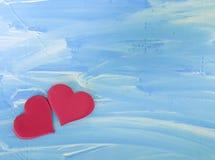 2 красных сердца, деревянная голубая предпосылка Стоковое Изображение RF