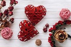 2 красных сердца и высушенных розы цветков на деревенском белом деревянном ба Стоковое Фото