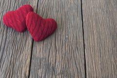 2 красных сердца дальше woooden таблица Стоковое Фото