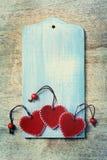 3 красных сердца на деревянной предпосылке Стоковые Изображения