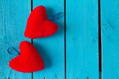2 красных сердца на сини Стоковое Фото
