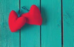 2 красных сердца на сини Стоковые Фото