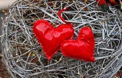 2 красных сердца сделанного из лакированной кожи Стоковая Фотография RF