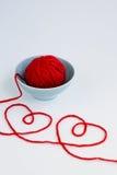 2 красных сердца сделанного от пряжи, шарика пряжи красного цвета и плиты Стоковое Изображение