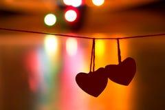 2 красных сердца ` s валентинки вися на потоках Стоковое Изображение