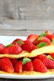 3 красных сладостных вишни изолированной на старой деревянной предпосылке Вертикальное фото closeup Стоковое фото RF