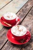 2 красных чашки горячего шоколада или какао на таблице стоковая фотография