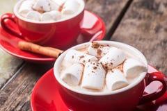2 красных чашки горячего шоколада или какао на таблице стоковое фото rf