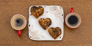 2 красных чашки кофе и белой плита с тортами Стоковая Фотография RF