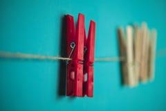 2 красных штыря на веревочке Стоковые Изображения RF