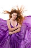 Красн-с волосами девушка в пурпуровом платье стоковое изображение