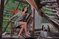 Красота брюнет на кресло-качалке стоковое фото
