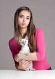 Красота брюнет с милым котенком Стоковое Изображение RF